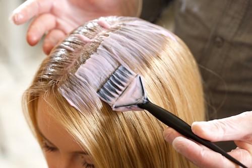 ヘアカラーを頭皮に塗布しているイメージ