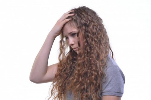 悩むくせ毛の女性
