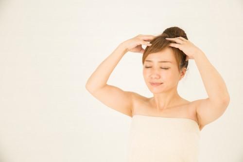 シャンプーをする女性のイメージ