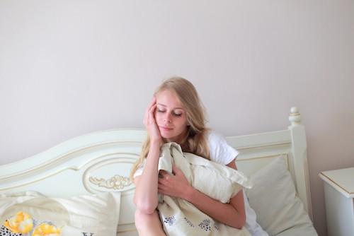 寝る前の女性の画像
