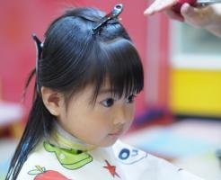 前髪を切る子供の画像